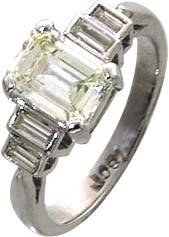 Ring Weißgold 750/- mit einem funkelnden Brillanten ca. 1,50ct CR/SI und 4 Diamanten Smaragdschliff 0,30ct. Eine Einzelanfertigung aus unserer Meistergoldschmiede und nur noch in der Größe 17 erhältlich. Ein märchenhaftes Schmuckstück zum verlieben.