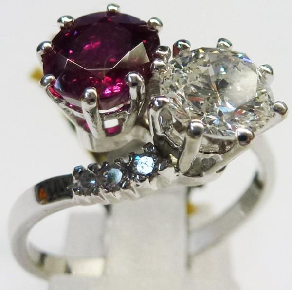 Atemberaubend schön ist der Ring in feinstem Weissgold 750/- hochglanzpoliert, mit einem echten,  feinen Burma Rubin, einem wunderschönen Brilliant 1,01ct TW/SI, und 6 weiteren Brillianten 0,06ct TW/SI Ringkopf 14 x 12mm, Stärke 8mm, Ringgröße 18mm, Eleg