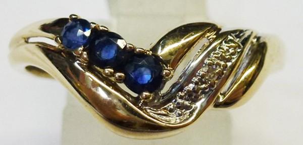 Ring in feinem Gelbgold 333/-, poliert, mit 3 Safiren und einem funkelnden Diamanten 8/8 W/P, Ringkopfbreite 8mm, Stärke 1,1mm, Ringgröße 19,5, Gewicht 2,0g. Dieses traumhafte Unikat gibt es nur bei uns zum absoluten Schnäppchenpreis aus dem Hause Abramow
