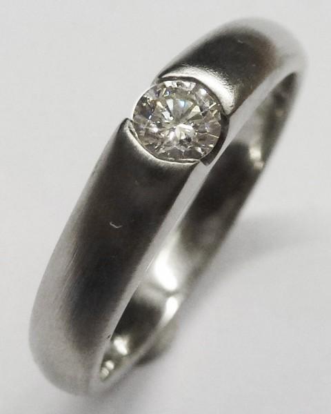 Glamouröser Ring in 750/- Weißgold, mattiert, besetzt mit 1 funkelnden Brillanten 0,17ct, Ringkopfbreite 4mm, Stärke 1,2mm, Ringgröße 17,5mm, Gewicht 4,7g. Ein feines Unikat in Top-Qualität aus dem Hause Abramowicz – die feine Goldschmiede seit 1949.