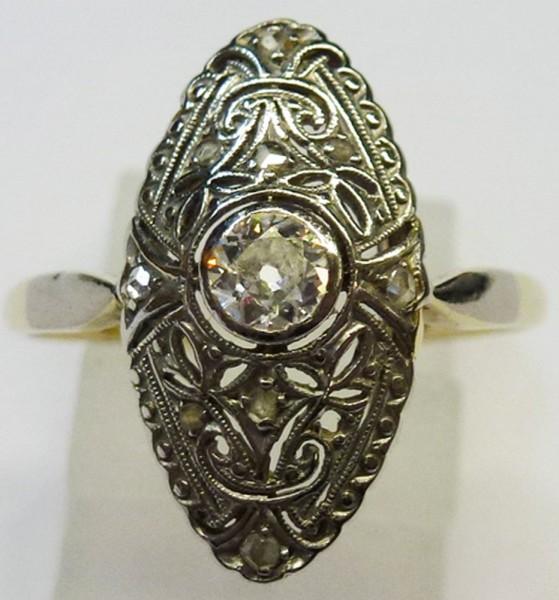 Traumhafter Ring in Weißgold/Gelbgold 585/-, poliert – Altschliff. Der Ring ist Antik um die 1920 und besetzt mit 10 strahlenden Diamanten 8/8 W/P zusammen 0,25ct, Ringstärke 0,8mm, Ringkopfbreite 16x9mmmm, Ringgröße 18mm, Gewicht 2g. Ein Einzelstück aus
