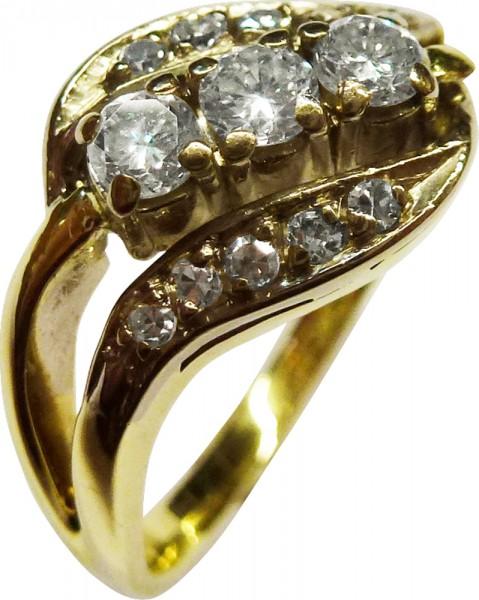 Ring in feinem Gelbgold 585/-, poliert, mit 13 funkelnden Brillanten, 3 Brillanten 0,10ct zusammen 0,80ct, 10 Brillanten 0,01ct zusammen 0,10ct – insgesamt 0,40ct.  Ringstärke 1mm, Ringkopfbreite 12mm, Ringgröße 18,7mm, Gewicht 4,7g. Ein Einzelstück zum S
