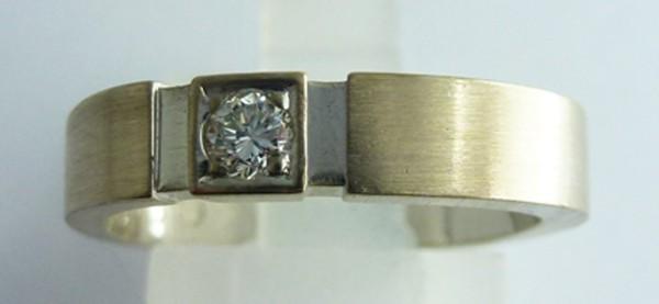 Herrenring / Damenring  750/- Weissgold, 1 Brillant 0,09ct. W/SI mattiert, Groesse 16mm aenderbar fuer 30Euro