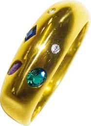 Traumhafter Ring 17 mm aus hochwertigem Gelbgold 585/-  besetzt mit 2 echten Diamanten 8/8, W/P, 1 Saphircarreé, 1 funkelnder Rubin und 1 synthetischer Smaragd. Der Ring hat eine gleichbleibende Ringschiene und ist hochglanzpoliert.  Ein wahrer Eyecatcher