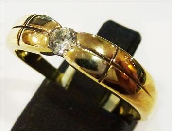 Goldring in Größe 19,0 mm aus feinem Gelbgold 333/- besetzt mit einem funkelnden Zirkonia im exklusiven Design. Der Ring hat eine gleichbleibende Ringschiene und ist hochglanzpoliert, was ihn noch mehr strahlen lässt. Ein edles Unikat das in feinster Hand