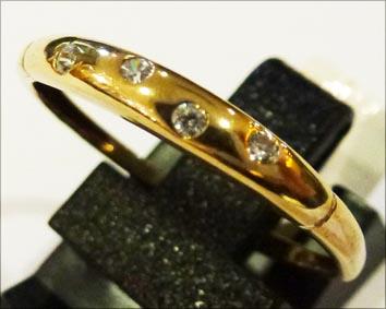 Ring aus feinem Gelbgold 333/-, verziert  mit 4 strahlenden Zirkonia, Größe 18,5 mm, mit gleichbleibender Ringschiene und edel hochglanzpoliert. Ein elegantes Einzelstück aus unserem Hause im absoluten Topdesign und von klassischen Stil in feinster Juweli