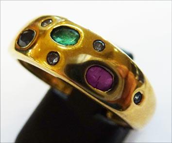 Edles Unikat. Ring in Größe 19,2 mm aus feinem Gelbgold 333/- besetzt mit einem funkelnden Rubin, Saphir, Smaragd und 5 strahlenden Zirkonia. Der Ring ist glanzpoliert und hat eine gleichbleibende Ringschiene und ist in feinster Handarbeit gefertigt. Ein