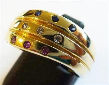 Einzigartiges Design. Goldring in Größe 16,8 mm. besetzt mit je 3 Rubinen, 3 Saphiren und 3 funkelnden Zirkonia. 3 einzelne super edle Ringe, vereint zu einem Unikat von einzigartiger Schönheit aus hochwertigem Gelbgold 585/-. Der Ring hat eine gleichblei