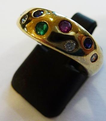 Goldring aus feinem Gelbgold 333/- besetzt mit edelsten Rubinen, Saphiren, Smaragden und 4 funkelden Zirkonia, Größe 17,8 mm. Der Ring ist filigran verarbeitet mit gleichbleibender Ringschiene und edel hochglanzpoliert. Ein Einzelstück im absoulten Topdes