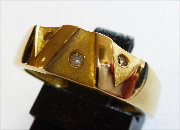 Goldring aus feinem Gelbgold 333/-, besetzt mit 3  funkelnden Zirkonia, Größe 16,2 mm. Der Ring hat eine gleichbleibende Ringschiene und ist teils mattiert und teils hochglanzpoliert. Ein Unikat aus unserem Hause im exklusiven Design und von zeitloser Ele