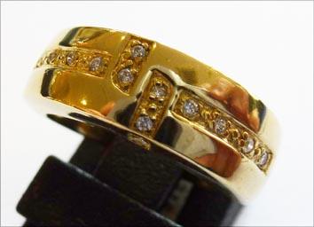 Goldring aus feinem Gelbgold 333/-, besetzt mit 13 funkelnden Zirkonia, Größe 15,2 mm. Der Ring hat eine gleichbleibende Ringschiene und ist edel  hochglanzpoliert. Ein Unikat aus unserem Hause im exklusiven Design und von zeitloser Eleganz und dies in Pr