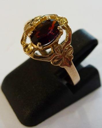 Goldring in Größe 16,5 mm. Ein funkelnder Granat trifft hier auf feinstes Roségold 585/-. Das Ergebnis ist ein glamouröser Ring im antiken Stil, dass durch seinen einzigartigen Ringkopf zum wahren Eyecatcher wird. Durch seine gleichbleibende Ringschiene u