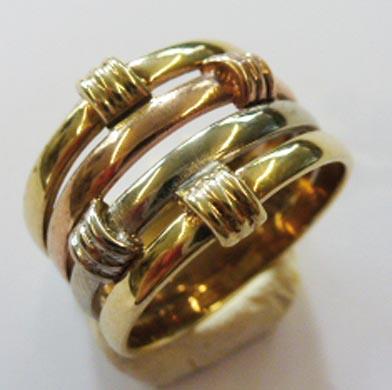 Tricolor Goldring aus feinem Gelb,-Weiss,- und Rotgold 333/-, in der Ringgröße 17 mm. Der Ring ist edel hochglanzpoliert. Der Ringkopf ist an der breitesten Stelle 13,4 mm Breit und 2,2 mm Stärke. Ein Unikat aus unserem Hause im exklusiven Design und von