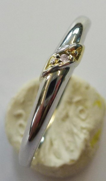 Ring aus Weissgold 333/- (8 Karat) mit einem strahlenden Diamant 8/8 W/P (Weiß / leicht sichtbare Einschlüsse bei 10-facher Luppenvergrößerung) besetzt. Der Ring ist 3,0 mm breit, 1,7 mm stark und hat eine Ringgröße von 18,8 mm. Ein Einzelstück aus dem Ha