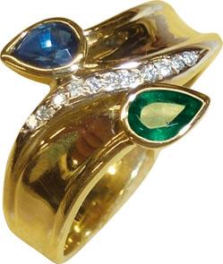 Ring in Gelbgold 585/- poliert mit einem Smaragd und Saphirsteine in Tropfenform je 5,4mm lang und mit 11 funkelnden Diamanten 8/8 W/P besetzt. Dieses schöne Einzelstück gibt es nur noch in der Größe 20. In Premiumqualiät aus dem Hause Abramowicz – die Nr