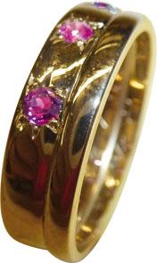 Ring, bezaubernder Ring in hochwertigem leicht Rosegold 585/- in Größe 17,6mm auch änderbar, hochglanzpoliert und verziert mit 3 feinen Rubine, Ring um 1950, Maße: Breite 5,8mm, Stärke 1,4mm, in Spitzenqualität von Deutschlands günstigstem und größtem Sch
